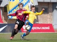 Владимир Михалев выигрывает борьбу у игрока Салюта