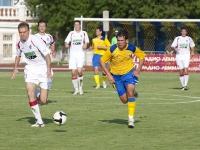 Александр Тихоновецкий старается опередить защитника хабаровчан