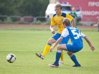 Артем Михеев борется за мяч