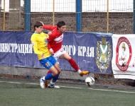 Максим Насадюк пытается отобрать мяч у спартаковца Артема Фомина