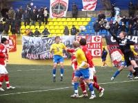 Вратарь Спартака Евгений Губин выносит мяч в поле