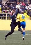 Евгений Легров забирает мяч с головы Максима Казакова