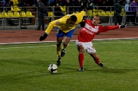 Леандро выцарапывает мяч у спартаковца