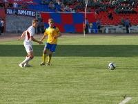 Артем Михеев провожает взглядом мяч