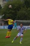 Денис Клопков выигрывает верховую борьбу у Михаила Костюкова