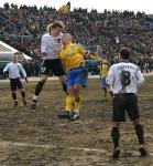 На фото Владимир Казаков в борьбе за верховой мяч