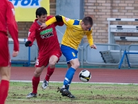 Юрий Роденков борется за мяч
