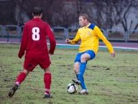 Защитник Александр Данцев смотрит кому отдать мяч
