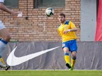 Юрий Мамаев подает мяч