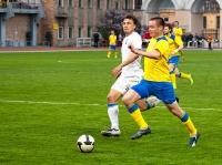 Юрий Роденков старается переиграть соперника в штрафной