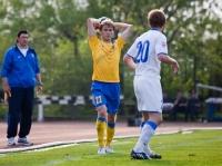 Артем Михеев выбрасывает мяч из-за боковой
