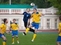 Эдуард Мор борется за верховой мяч