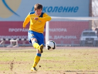 Защитник Виталий Казанцев выносит мяч от своих ворот