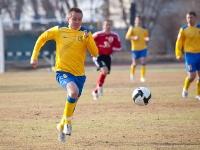 С мячом нападающий Юрий Роденков