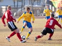 Владимир Михалев пытается доставить мяч к воротам Читы