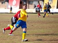 Юрий Мамаев выносит мяч