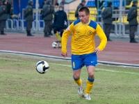 Юрий Роденков пытается пробиться к чужим воротам по флангу