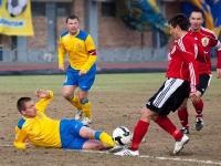 Юрий Роденков в подкате выбивает мяч