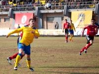 Юрий Мамаев пытается вынести мяч со своей половины поля